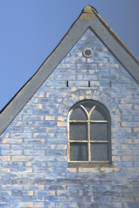 Vesteraas med den blåkalkede facade
