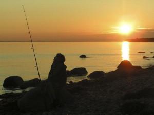 En stund ved havet med fiskestang ved den nationale seværdighed Voderup Klint på Ærø